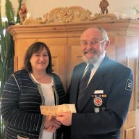 MdB Marianne Schieder überreicht Karl-Heinz Dietl eine Spende über 200 E