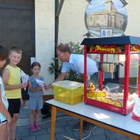 2. Bürgermeister Alexander Werner an der Popcornmaschine
